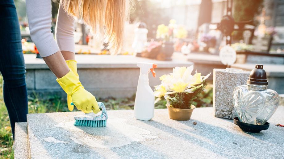 Jak dbać o groby – rodzaje nagrobków, czyszczenie i środki do pielęgnacji